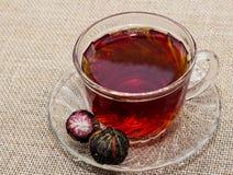 Exotisk tea amid kuper av tea Royaltyfri Fotografi