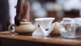 Kinesisk teceremoni, teborste torkar försiktigt kokkärlet från droppar lager videofilmer