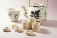 Kinesisk tekanna och tekopp med schackstycken arkivbild