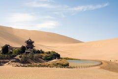 Kinesisk tempel i öknen, Mingsha Shan, Dunhuang, Kina Arkivfoton
