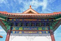 Kinesisk tempel i morgonen med molniga himlar Arkivbild