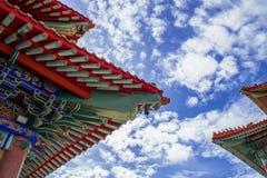 Kinesisk tempel i morgonen med molniga himlar Royaltyfria Bilder