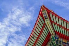Kinesisk tempel i morgonen med molniga himlar Arkivfoton
