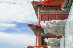 Kinesisk tempel i morgonen med molniga himlar Arkivfoto