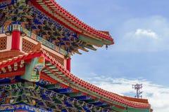 Kinesisk tempel i morgonen med molniga himlar Arkivbilder