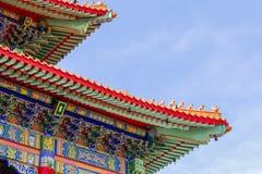 Kinesisk tempel i morgonen med molniga himlar Royaltyfri Foto
