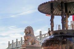 Kinesisk tempel i morgonen med molniga himlar Royaltyfria Foton