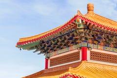 Kinesisk tempel i morgonen med molniga himlar Royaltyfri Fotografi
