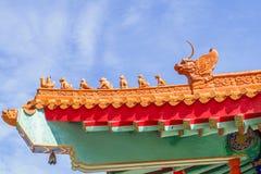 Kinesisk tempel i morgonen med molniga himlar Royaltyfri Bild