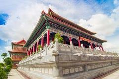Kinesisk tempel med bakgrund för blå himmel Fotografering för Bildbyråer