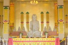 Kinesisk tempel med den buddha statyn Arkivbild