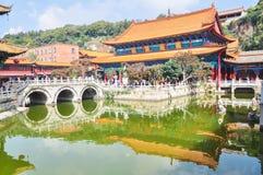 Kinesisk tempel och bro Royaltyfria Foton