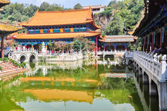 Kinesisk tempel och bro Royaltyfri Bild