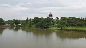 Kinesisk trädgård i Singapore med pagodsikt från ett avstånd lager videofilmer