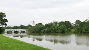 Kinesisk trädgård Singapore med den vita bron i en flod arkivfilmer