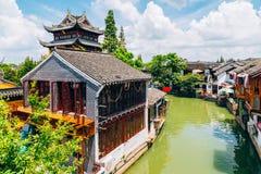 Kinesisk traditionell arkitektur och kanalen i Shanghai Zhujiajiao bevattnar staden Arkivbild