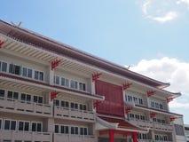 Kinesisk traditionell byggnad med bakgrund för blå himmel Royaltyfri Foto