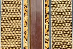 Kinesisk traditionell dörr i kinesisk tempel Arkivfoton