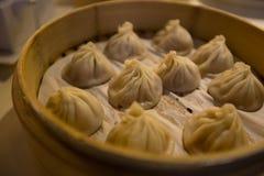 Kinesisk traditionell mat av dim sum eller klimp som ångas i bambuångare royaltyfri foto