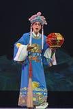 Kinesisk traditionell operaskådespelare med den sceniska dräkten Arkivfoton
