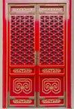 Kinesisk traditionell röd och guld- dörrmodellstil Royaltyfri Foto