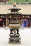 Kinesisk traditionell rökelsekar i tempel, klassisk bronsrökelsegasbrännare med design och modell i orientalisk asiatisk forntida Royaltyfri Fotografi