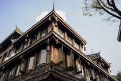 Kinesisk traditionell timmer inramade byggnad i himmel av soligt after Arkivfoto