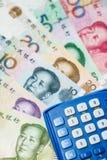 Kinesisk valuta och räknemaskin Royaltyfri Bild
