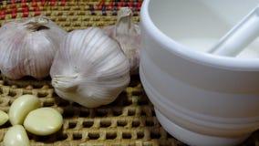 Kinesisk vitlök och en vitlökstansmaskin fotografering för bildbyråer