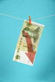Kinesisk yuannedgång som illustreras över blått Arkivfoto