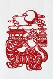 kinesisk zodiac för cuttinghundpapper royaltyfria bilder