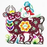 kinesisk zodiac för papper för färgcuttingoxe arkivbild