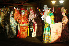 Kinesiska aktörer som spelar i en opera under mooncakefestival Arkivfoto