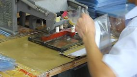 Kinesiska arbetare i en plast- fabrik arkivfilmer