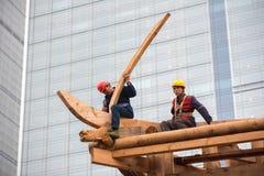 Kinesiska arbetare som bygger en tempel Royaltyfri Foto