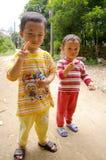 Kinesiska barn i en by arkivfoton