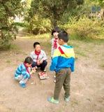 Kinesiska barn som spelar lekar Fotografering för Bildbyråer