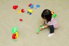 Kinesiska barn som spelar på den inomhus sandlådan Fotografering för Bildbyråer