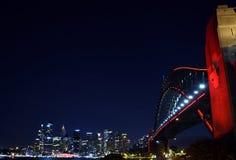 Kinesiska berömmar för nytt år vände Sydney Harbour Bridge röd Arkivbilder