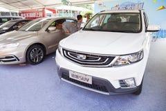 Kinesiska bilar för nytt Geely märke på skärm på den Dongguan bilutställningen som väntar på spekulanter Arkivbild