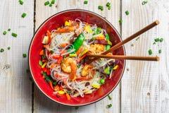 Kinesiska blandninggrönsaker med räka Arkivbild