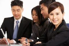 Kinesiska Businesspeople som har möte Arkivbild