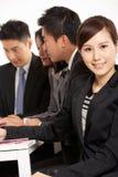 Kinesiska Businesspeople som har möte Arkivfoto