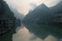 Kinesiska byggnader på floden Royaltyfri Fotografi