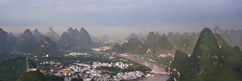 Kinesiska byrisfält och berg arkivbilder