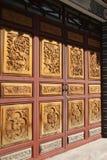 kinesiska dörrar encarved traditionellt royaltyfri fotografi