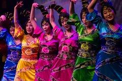 Kinesiska dansare. Zhuhai Han Sheng konstskådespelartrupp. arkivfoton