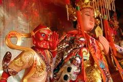 Kinesiska demon- och gudstatyer royaltyfria foton