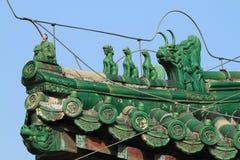 Kinesiska drakar på ett tak Arkivfoton