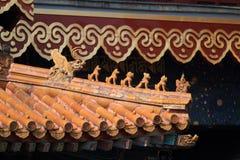 Kinesiska drakar på ett tak Royaltyfri Bild
